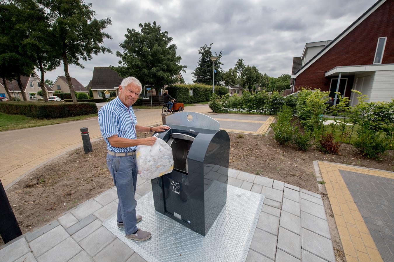 Buurtbewoner Don van der Linden bij de restafvalcontainer van de Avri, pal naast zijn woning.