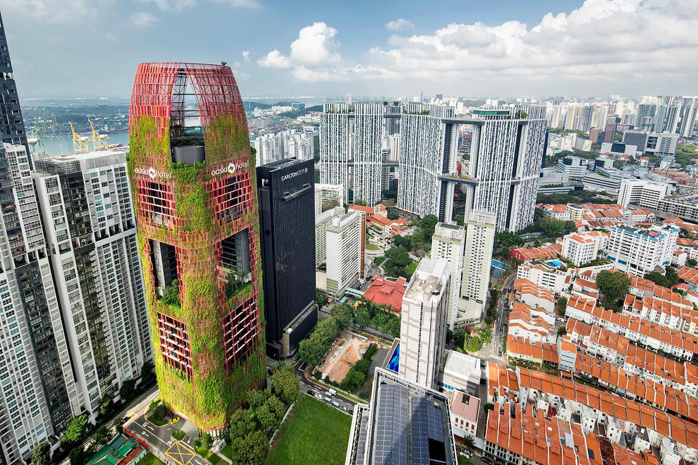 Het Oasia Hotel in Singapore is volledig begroeid om warmte af te voeren. Beeld
