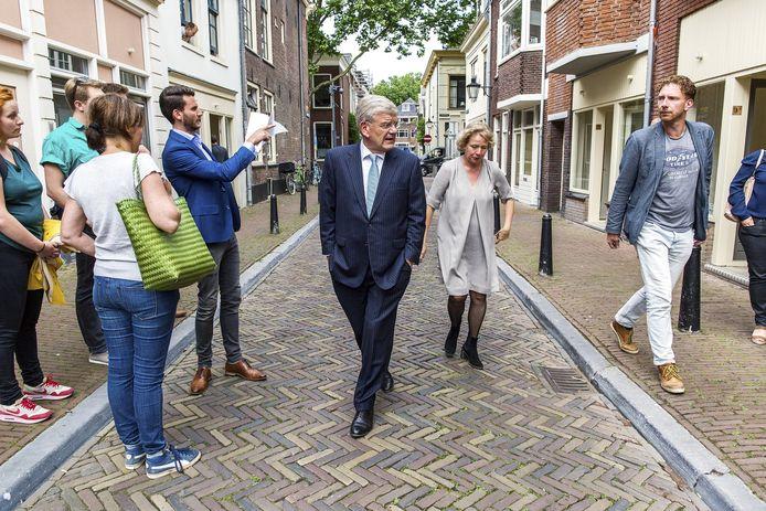 Burgemeester Jan van Zanen neemt een kijkje in de Hardebollenstraat.