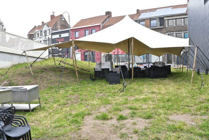 Er staat een tent met daarin loungestoelen om er bijvoorbeeld een aperitief te drinken.