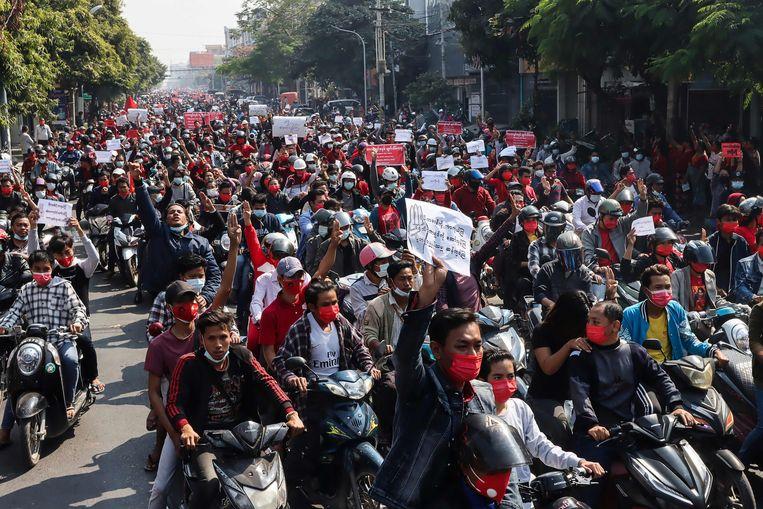 Een gemotoriseerde demonstratie tegen de legercoup, zondag in Mandalay. Beeld AFP