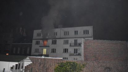 Appartement brandt uit: 3 bewoners en voorbijganger naar ziekenhuis, 17 mensen geëvacueerd