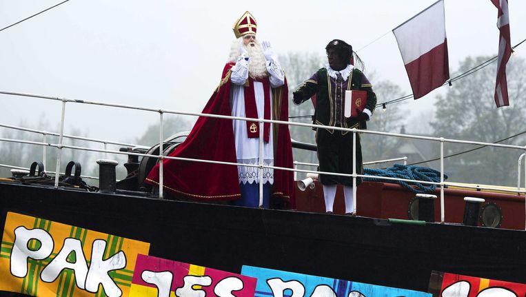 Sinterklaas en Zwarte Piet tijdens de aankomst in Gouda vorig jaar Beeld epa