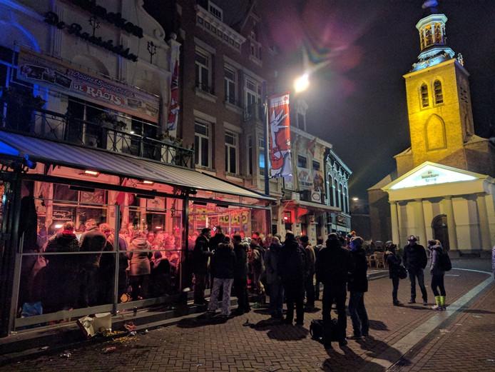 Buiten vriest het, maar bij de Raatskelder in Roosendaal is het gezellig . Zo'n honderd mensen waren in het holst van de nacht aanwezig om kaarten te halen voor de Otobusrellie.