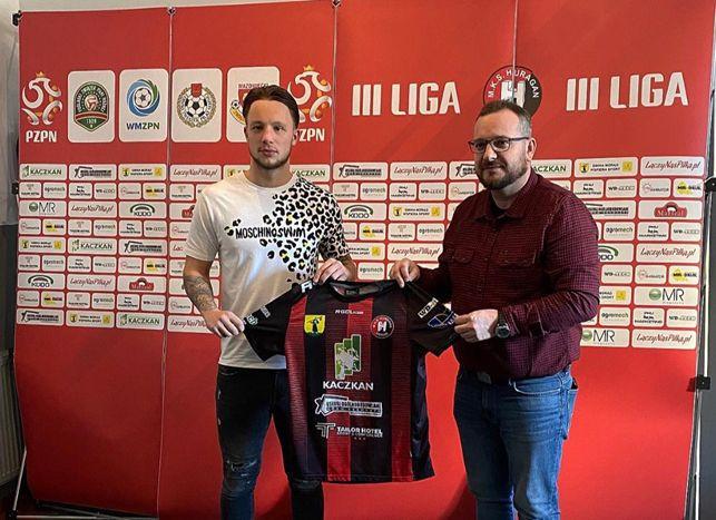 Voetballer Youri Roseboom poseert bij de Poolse club Huragan Morąg.