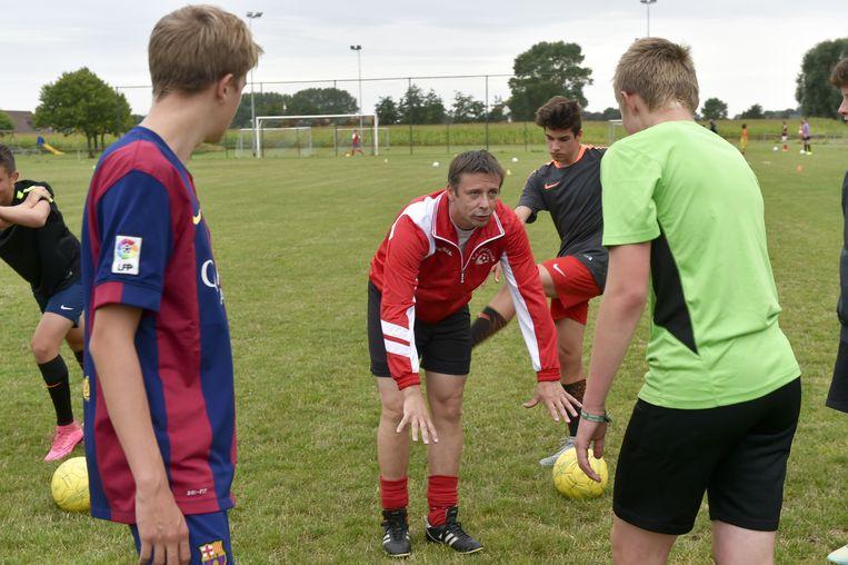 Nico maakt met gebaren duidelijk wat hij van zijn spelers verwacht.