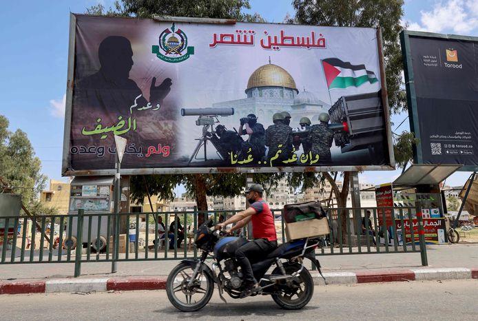 In Gaza-Stad wordt op grote billboards de overwinning van Hamas gevierd.