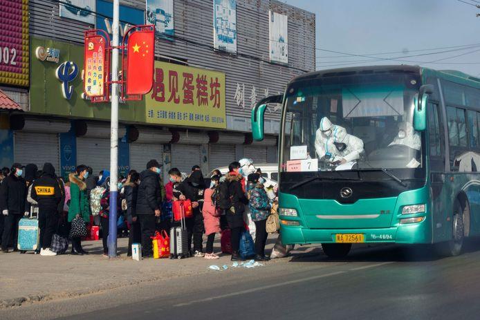 Geëvacueerde bewoners worden met bussen naar een quarantainecentrum gebracht.