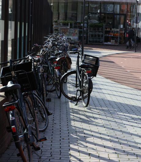 Het Stationsplein van Helmond dreigt te verrommelen door  foutgeparkeerde fietsen
