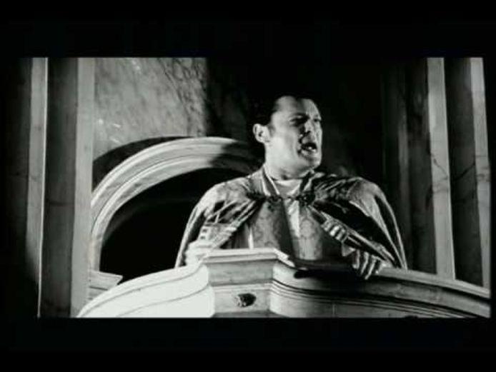 Videostill: Barry Hay op de kansel in de basiliek van Oudenbosch in de videoclip bij Paradise in distress.