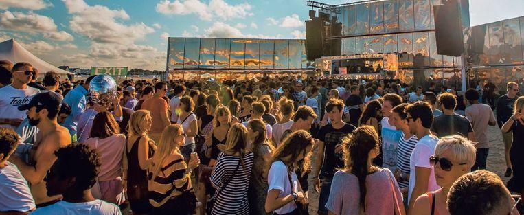 Hippe twintigers en dertigers bevolken het strand van Zeebrugge tijdens het dansfestival WeCandance. Beeld Fille Roelants Photography