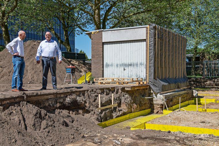 Bouwplaats in Bilthoven waar na lang touwtrekken een Jumbo-supermarkt zal verrijzen. Vastgoedman Kees Jan Hoes (links) en projectontwikkelaar Timo Bergsma (rechts) zien de garagebox van Gert Smit als een sta-in-de-weg.  Beeld Guus Dubbelman / de Volkskrant