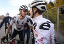 Kelderman (l) vlak na de finish met ploeggenoot en ritwinnaar Hindley.