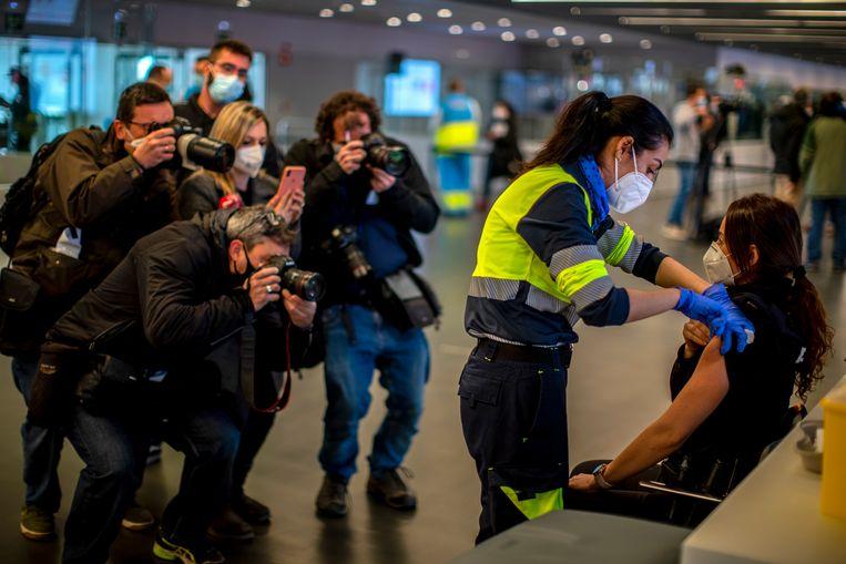 Een politiebeambte in Madrid wordt eind februari ingeënt met het coronavaccin van AstraZeneca.  Beeld AP