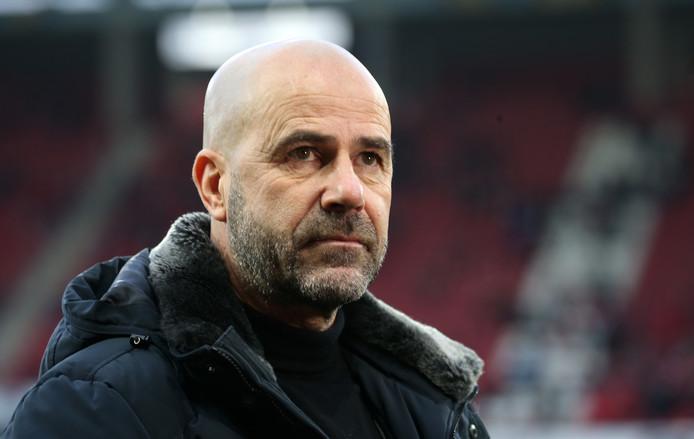 Peter Bosz blijft bij Leverkusen.
