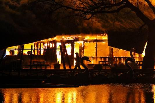 In Plaswijckpark in Rotterdam is woensdagavond een brand uitgebroken. De vlammen slaan uit het rieten dak van het theatergebouw op het terrein aan de Ringdijk.