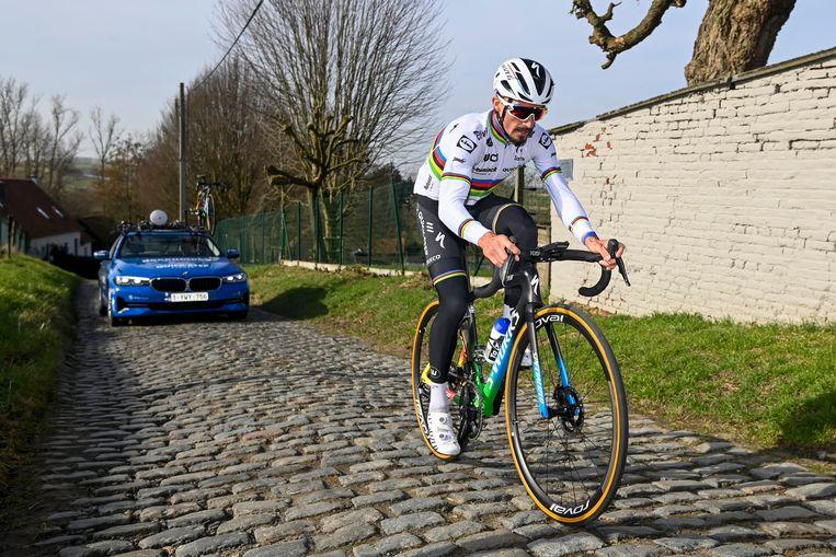 De wereldkampioen beklimt de Molenberg tijdens zijn verkenning donderdag. Beeld Photo News
