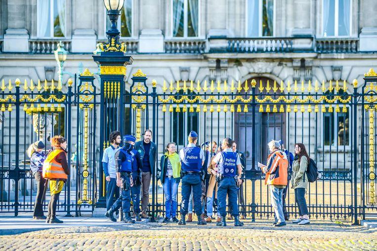 Activisten van Extinction Rebellion dringen tuin van Koninklijk Paleis binnen