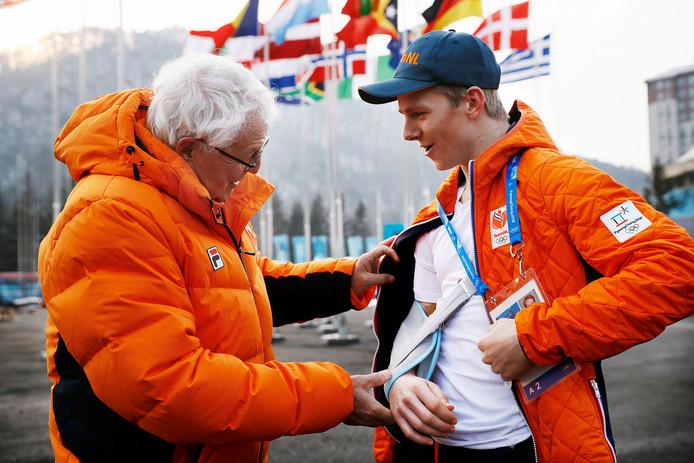 Snowboarder Niek van der Velden met de arm in de mitella met naast zich dokter Cees-Rein van den Hoogenband. Niek vliegt vandaag weer naar huis. Hij moet nog vier jaar wachten op zijn debuut.