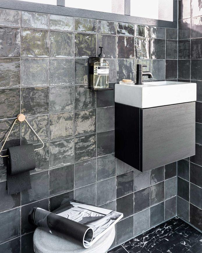 Zwarte toiletaccessoires zorgen voor een tijdloze industriële look.