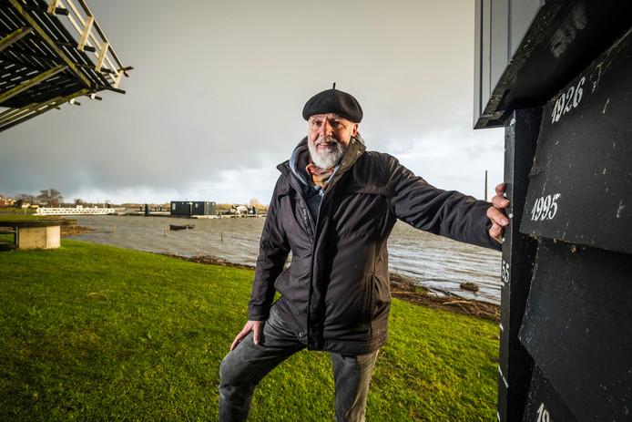 Molenaar Gerrit Kouwenhove uit Veessen zette bij hoogwater streepjes op de muur. Maar nu komt het water niet zo hoog meer.