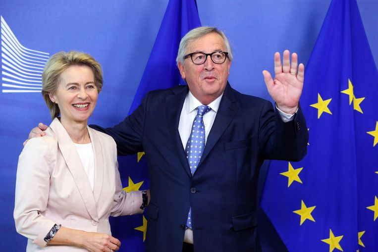 Aftredend Commissievoorzitter Juncker met de Duitse kandidaat-voorzitter Ursula von der Leyen Beeld AFP