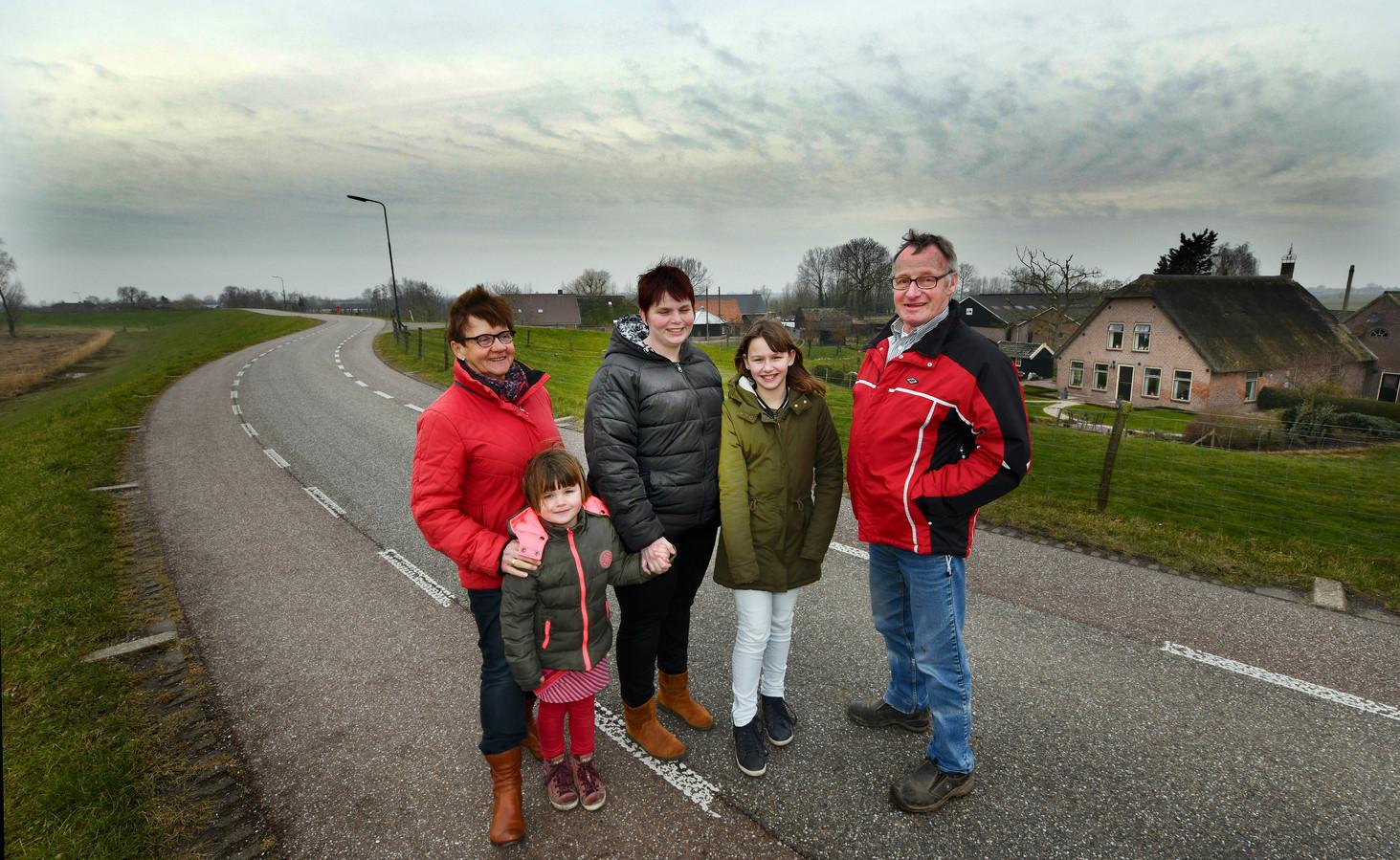 De familie Verhoef op de Lekdijk West met rechts hun huis.