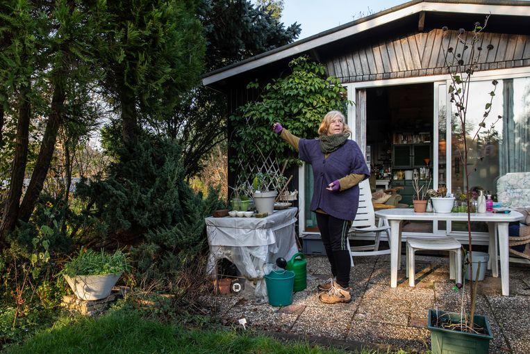 Ingrid van Alphen (69) in haar 'verzorgtuin'.  Beeld Dingena Mol