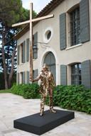 De tuin van Linda en Guy Pieters in Saint-Tropez staat vol met kunstwerken. Hier 'De Man die het Kruis draagt' van Jan Fabre.
