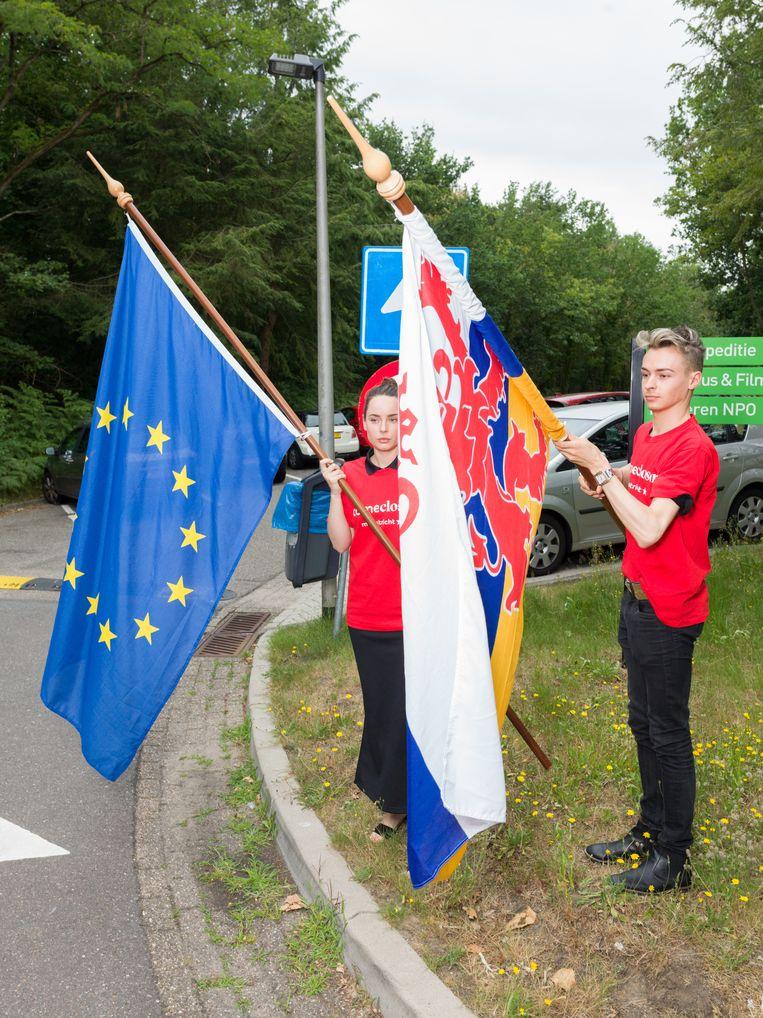 Delegatie uit Maastricht biedt hun bidbook aan om hun stad voor te dragen voor het Eurovisie songfestival.  Beeld Ivo van der Bent