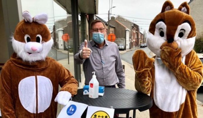 Voorzitter Alex Dekens van AtRuNe geflankeerd door paashaas en -eekhoorn tijdens de paasactiviteit.
