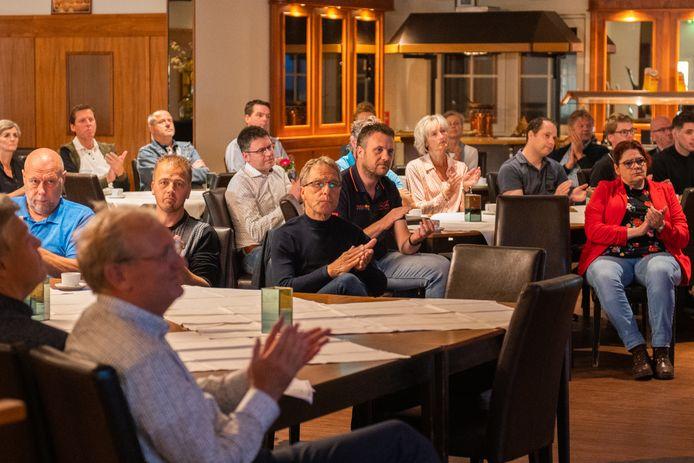 Dorpelingen luisteren aandachtig en applaudisseren in de infobijeenkomt over nieuwbouw in Langeveen