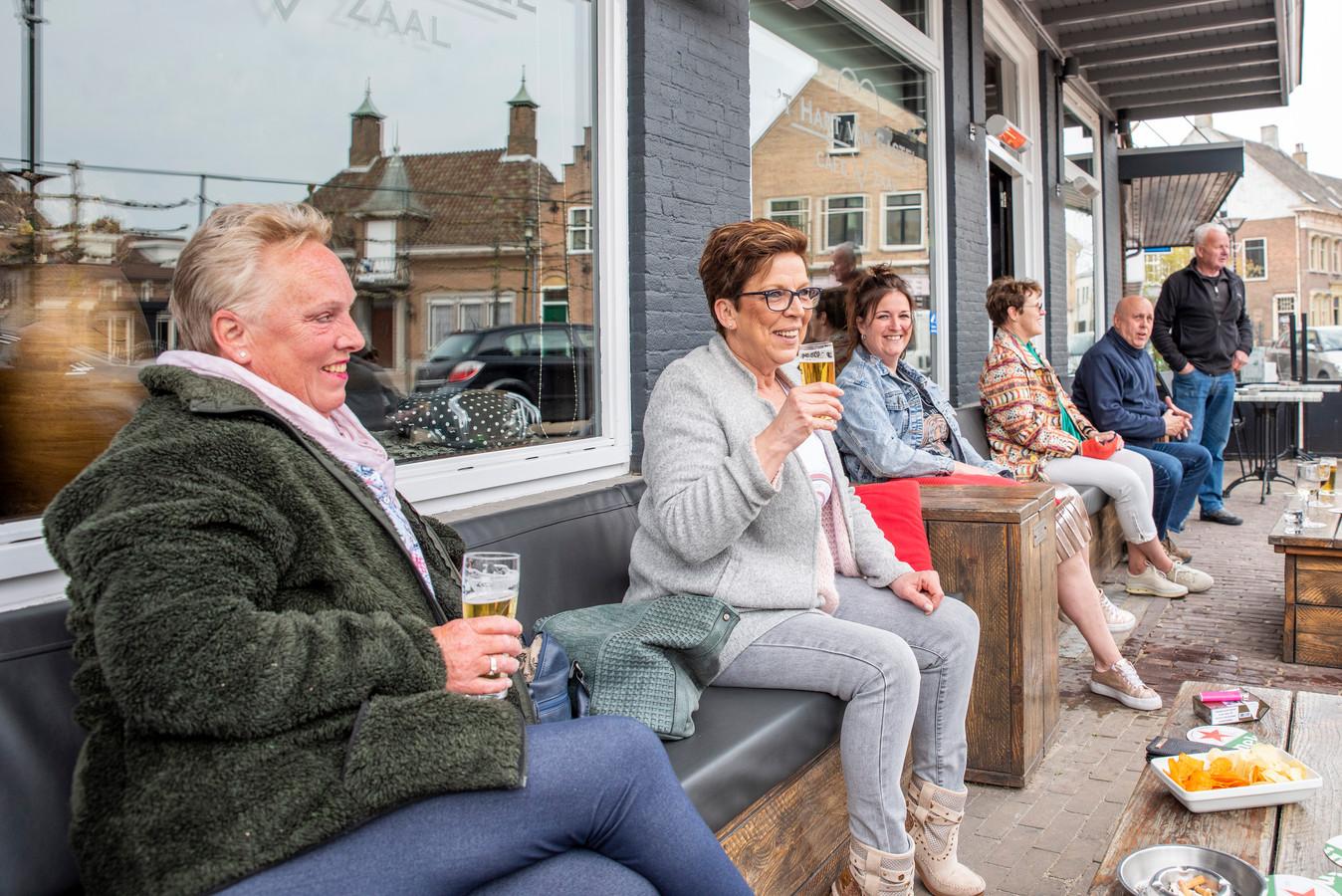 Oud Gastel, Moreno Molenaar/Pix4Profs  Josefien, Marlies en Chantal zien elkaar weer op het terras van 't Hart van Gastel.