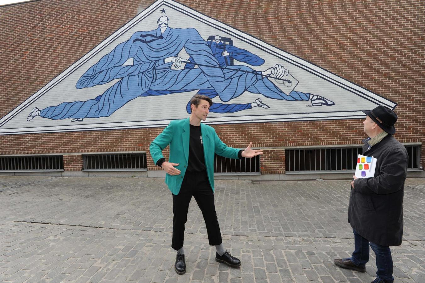 Kunstenaar Wide Vercnocke (links) maakte een muurschildering gewijd aan Jean Portaels.