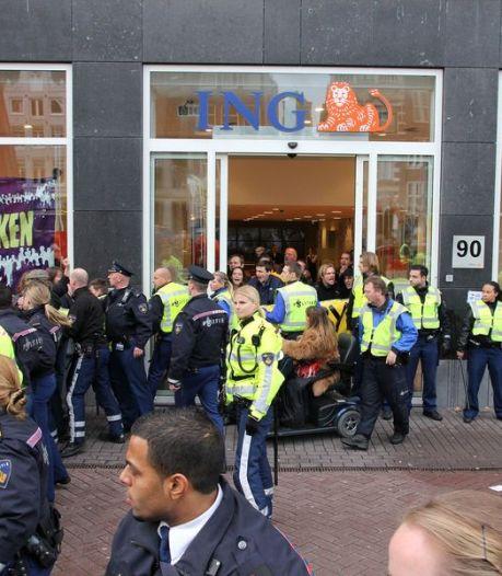 Politie arresteert occupy'ers die ING Amsterdam bezetten