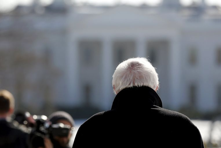 Bernie Sanders kijkt naar het Witte Huis Beeld reuters