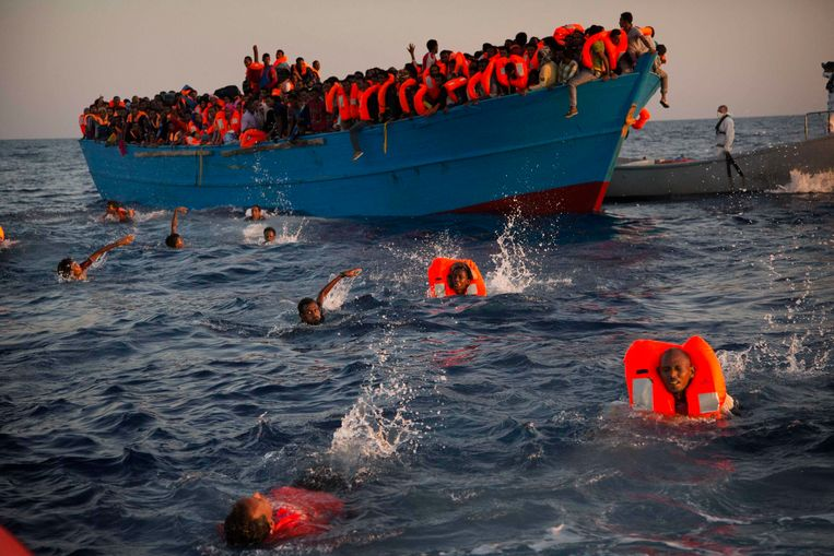Drenkelingen voor de kust van Libië. Veel Europeanen willen de grenzen afsluiten, maar door die 'fortmentaliteit' zal hun invloed op termijn tanen, stelt Kofi Annan. Beeld AP