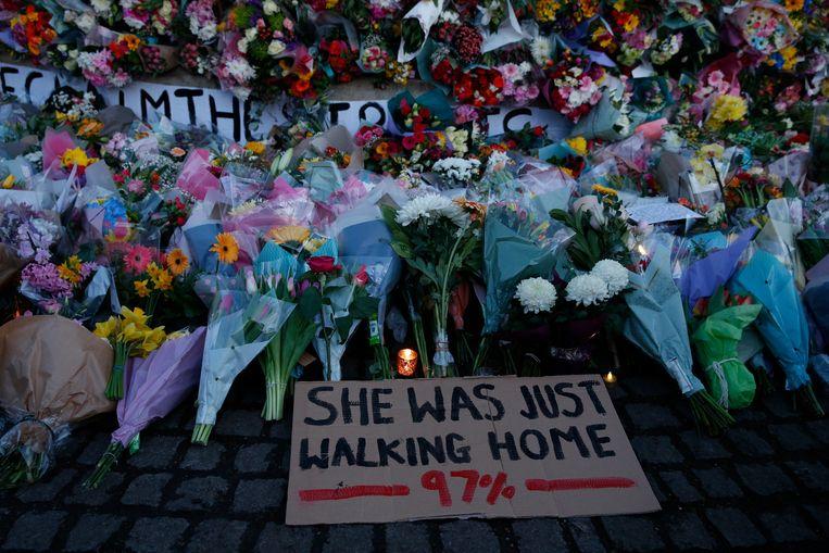 Bloemen en kaarsen voor Sarah Everard. Beeld Getty Images