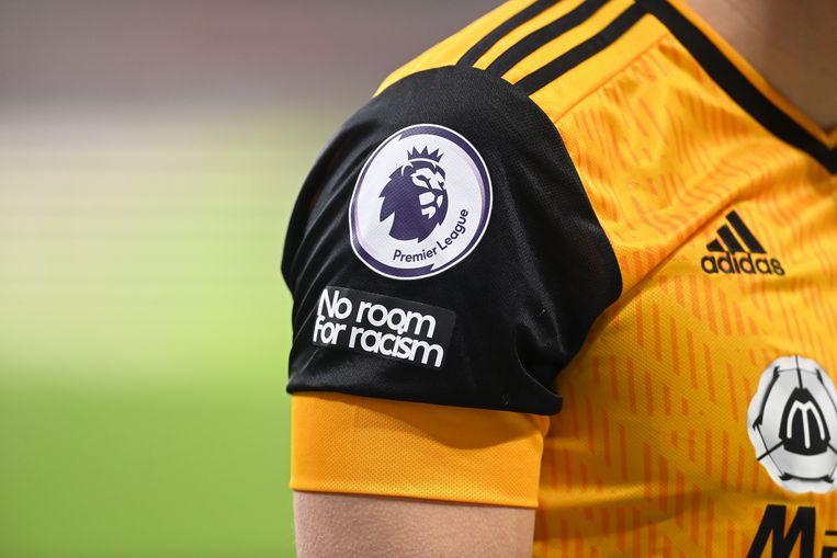Het 'No room for racism'-logo prijkt op alle Engelse clubshirts, zoals bij deze Wolverhampton-speler. Beeld EPA