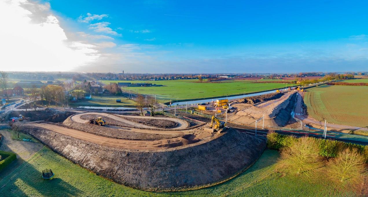 Het nieuwe spoorviaduct langs de Eerste Weteringsewal in Elst. Het oostelijke en westelijke deel zijn in de nacht van zaterdag op zondag met elkaar verbonden.