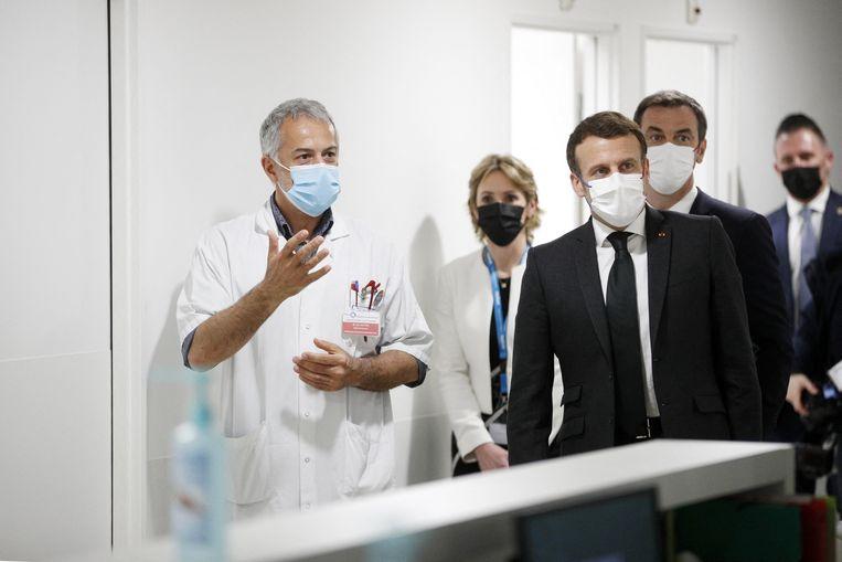 President Emmanuel Macron op bezoek in een hospitaal in de buurt van Parijs. Beeld Photo News