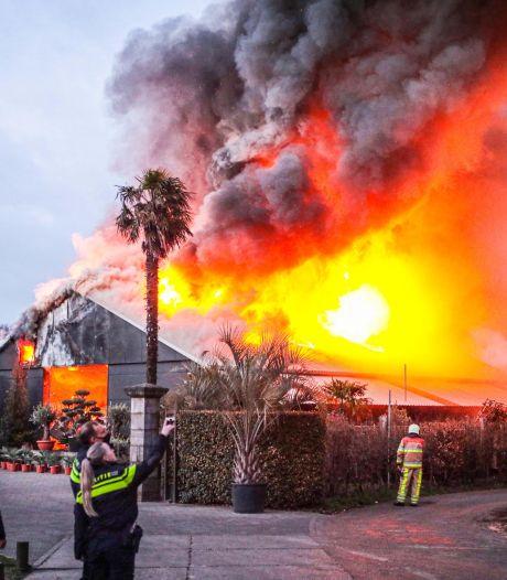 Grote brand bij bomen- en plantencentrum in Giethmen: loods verwoest