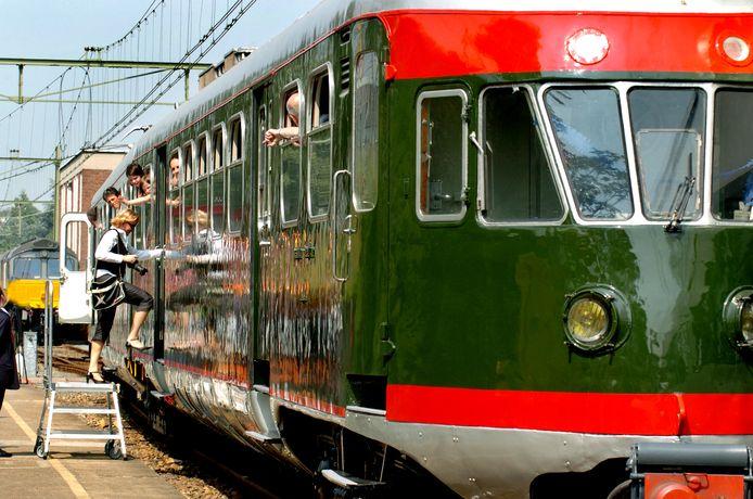 Een van de in Tilburg opgeknapte treinen vertrekt terug naar het  Spoorwegmuseum in Utrecht.