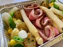 De schotel met kalfsentrecote, asperges en aardappeltjes gaat zo de oven in. De botersaus en jus met morieljes moet apart in een pannetje worden opgewarmd.