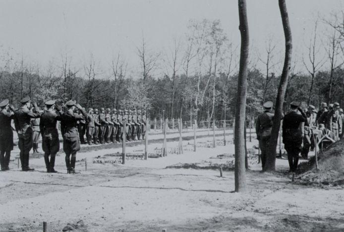 Een ceremonie op de Ehrenfriedhof Zypendaal in juni 1942.