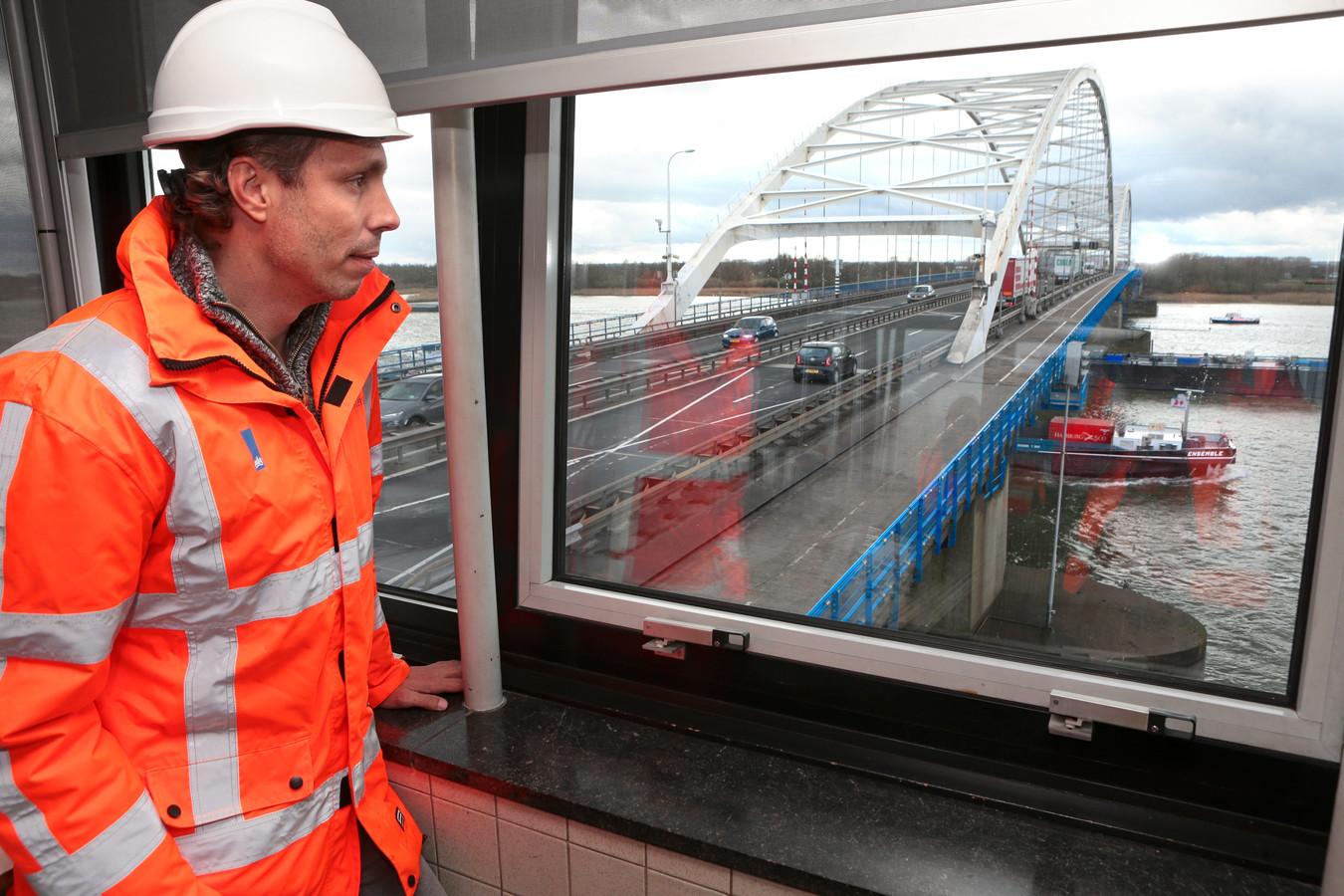 Assetmanager Marc Roosenschoon bovenin het brugwachtershuis van de Merwedebrug. De brug wordt overigens vanuit de centrale in Rhoon bediend.