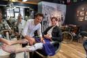Wielrenners komen graag goed gesoigneerd voor de dag. Gladde benen horen daarbij. De meesten doen dat gewoon thuis, maar Tom laat zich voor de gelegenheid door barbier Martin Leusink onder handen nemen.