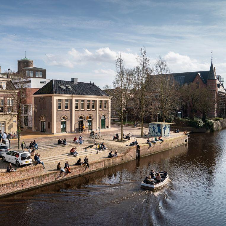 Terrasvorming bij mooi weer bij cafe's en restaurants in de stad Groningen.  Beeld Reyer Boxem
