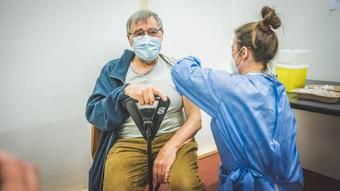 """Paul (71) allereerste Deinzenaar gevaccineerd via reservelijst Qvax: """"Mijn 50ste huwelijkscadeau voor mijn vrouw"""""""