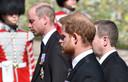 Prins William (achter) en prins Harry (voor) tijdens de afscheidsceremonie van prins Philip. Harry was overgekomen uit Amerika.